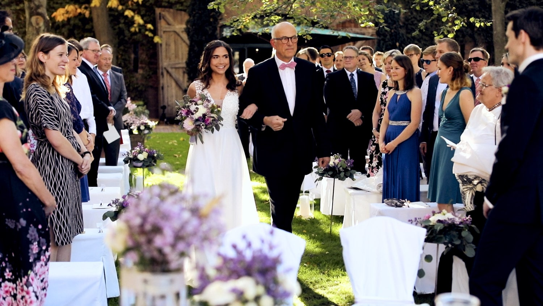 Hochzeit Hofgut von Hünersdorff Hier kommt die Braut