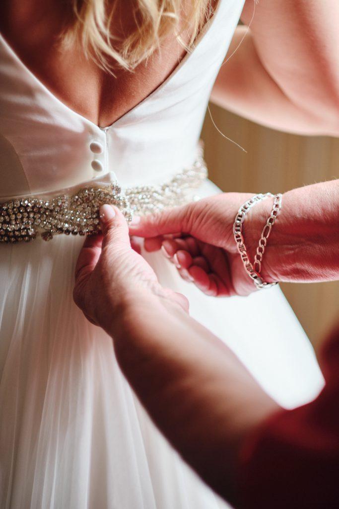 Brautkleid anziehen Brautmutter